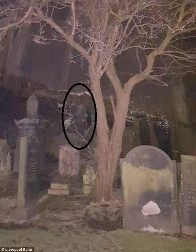 夜間在墓園拍到17世紀「士兵好朋友」,戴頭盔穿盔甲「防守著什麼」... (影片慎入)