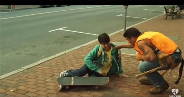 工人扶起摔倒男孩 引發的「蝴蝶效應」感動全網:愛可以傳遞!