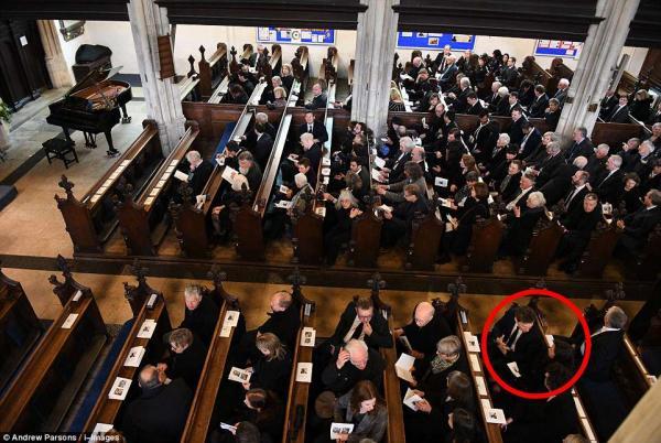 《愛的萬物論》班底現身霍金葬禮,神還原「霍金年輕青春時光」!他在「最熟悉的地方」跟世界說再見(8張)