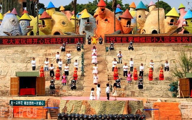 9個讓你眼珠快掉出來的「世界罕見怪奇社區」,雙胞胎村、鴕鳥人部落...他們生活在自己的世界比誰都開心!