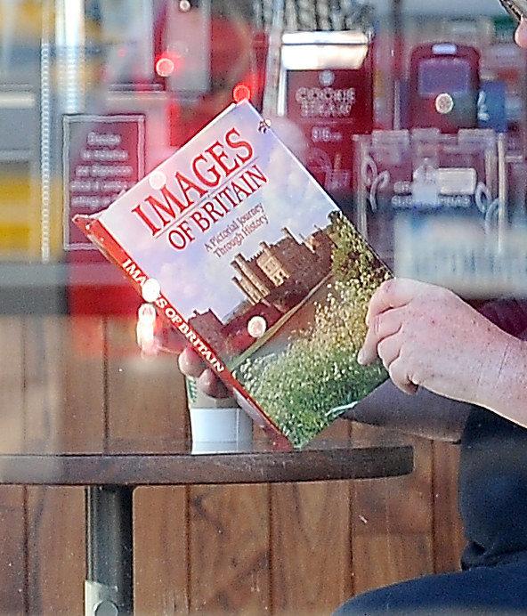 女兒要當王妃了爸爸hen擔心!梅根老爸被抓到最近狂嗑「這本書」,網友一看書名笑歪:跟女王有話聊了