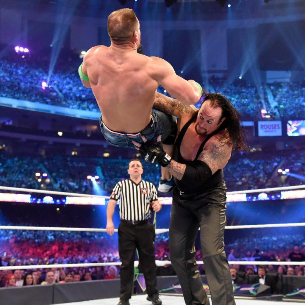 約翰希南在摔角擂台上「不到3分鐘就被KO」,網友還從照片中發現了「不尋常的羞羞亮點」!網:這就是輸的原因?