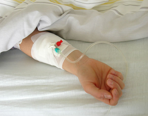 3歲女兒眼睛長瘤,爸媽網路上「狂募70萬醫療費」!錢一到手就「消失」丟下女兒害慘死…