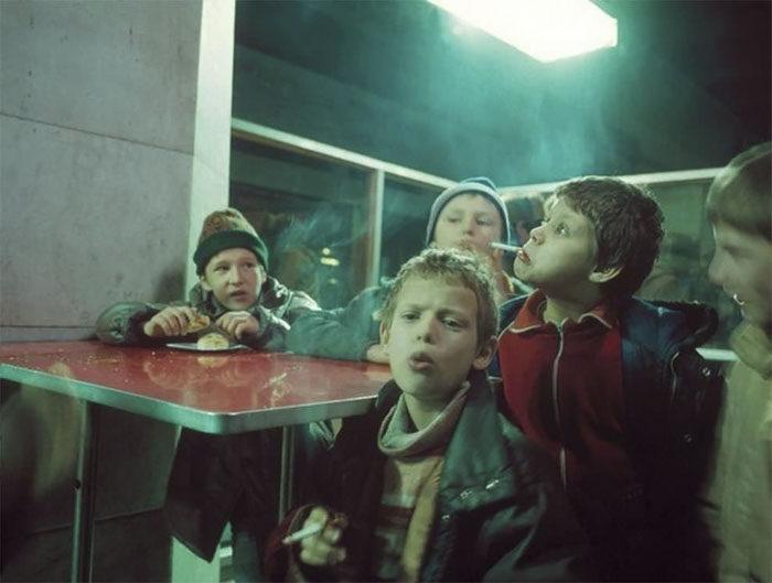 30張1990年代蘇聯解體後「犯罪充斥街頭」恐怖歷史照。到處都是癮君子、面容枯槁的小孩...