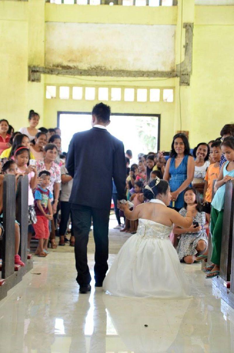 這對新人的婚照在網路上被瘋傳,網友一看「兩人並列合照」淚崩:這才是真愛