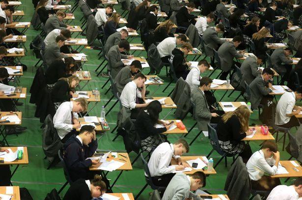 老師嚴禁考試使用手機,超狂男學生「課堂上放大絕神招」讓老師傻眼!