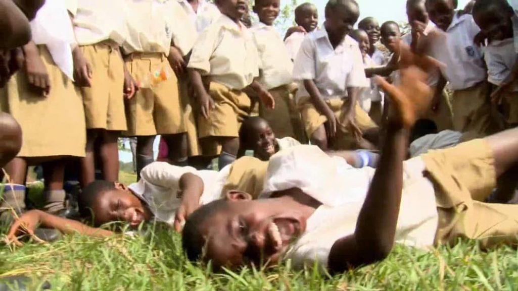 12件扯到令人難以置信「但歷史上確實發生過」的獵奇真實事件,56年前非洲3萬人感染「笑笑病」!