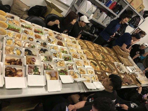 「隨便點不夠再叫!」館長大手筆「砸18萬犒賞員工」美食吃到桌子擺不完,網:這樣其他老闆怎麼徵人!