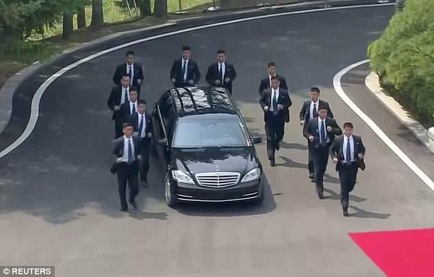 12名保鑣「U型人牆」護金正恩坐駕 網笑翻:忘記開車?