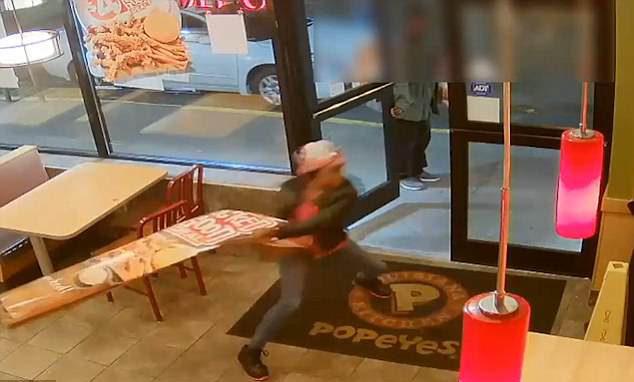 女子在炸雞店暴怒砸店 只因套餐「沒附飲料」