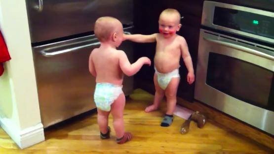 雙胞胎寶寶比手畫腳「答答答」 超認真對話吸2億觀看!