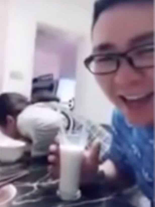 他邀女生一起「用吸管甜蜜喝牛奶」 女喝完驚覺被整吐慘