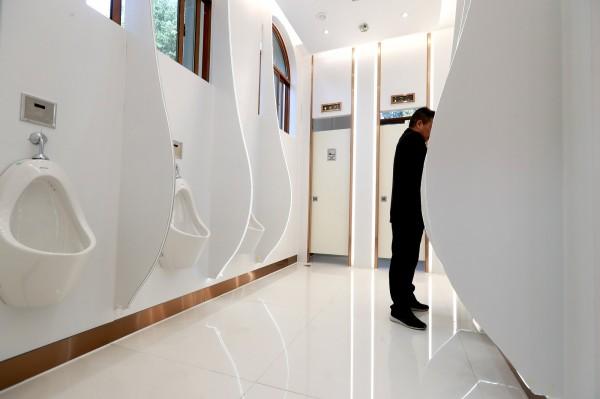 受夠自家人隨地上廁所,習近平逼鄉下人學用廁所「日本人自願幫忙蓋馬桶」廁所外交直接讓中國超英趕美啦~