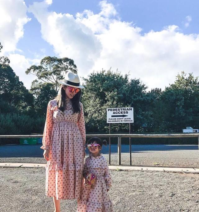終於!昆凌穿公主蓬蓬裙「和小周周母女裝現身」,女兒正面直接曝光「嘴型完全遺傳老爸」