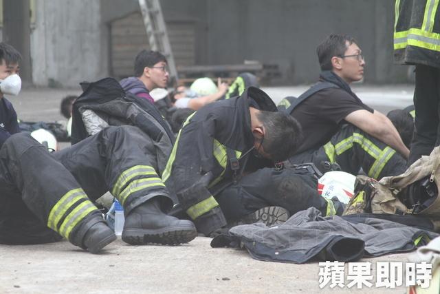 桃園大火狂燒整晚 消防員「太陽升起時」累癱地上...面罩都無力拔