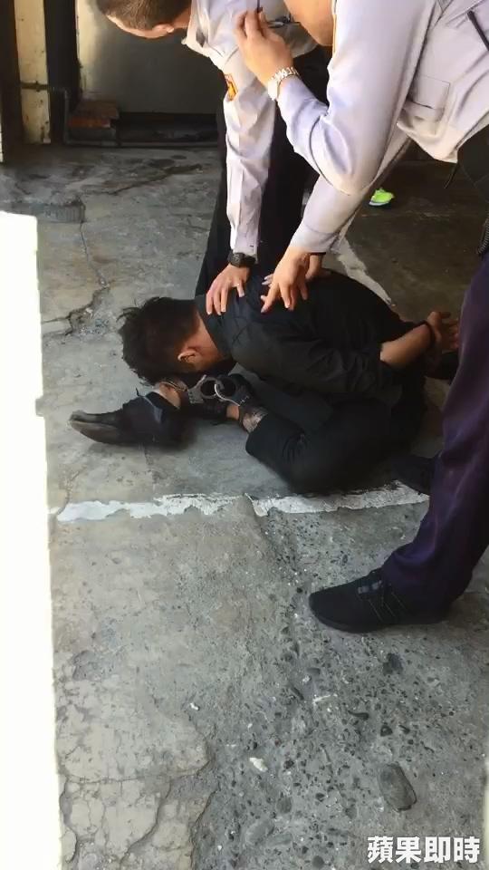 奧迪A5少爺「連喝10小時」,睡死車上逆撞女研究生「當場被警察反手折」現在帥不起來了!