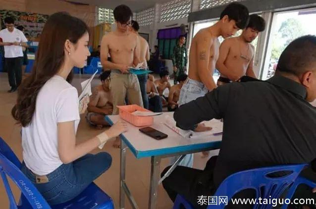 泰國抽兵籤媲美選美大賽,變性第一名「小Angelababy」驚艷全場:誰捨得他從軍?