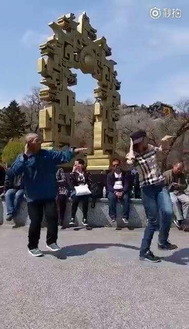 正妹賣力跳舞 但一旁的阿伯「一動起來」大家都不看正妹了!