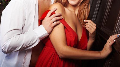 酒店妹出去賺皮肉錢「男友在家跟前女友嗨」,回家後還不給休息「灌藥繼續戰」全身屍斑倒廁所親爸崩潰!