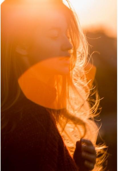 網美式拍照已經不Fashion,自然系攝影師拍出「火辣女友偷窺視角」女生沒人看的時候其實更美!