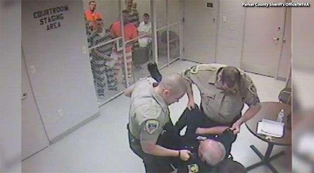 影/善良獄警心臟病發!囚犯明知會被掃射仍「合力撞破鐵門」救他
