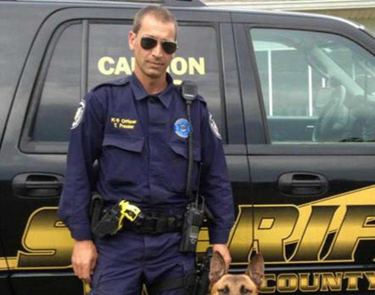 警官遭黑幫份子拖入森林鞭打快死,機靈警犬英勇「1個打3個」救回一命!警官:他是我的英雄