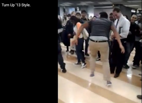 學生跑到校長面前秀舞技 結果校長「一動起來」全場嗨翻