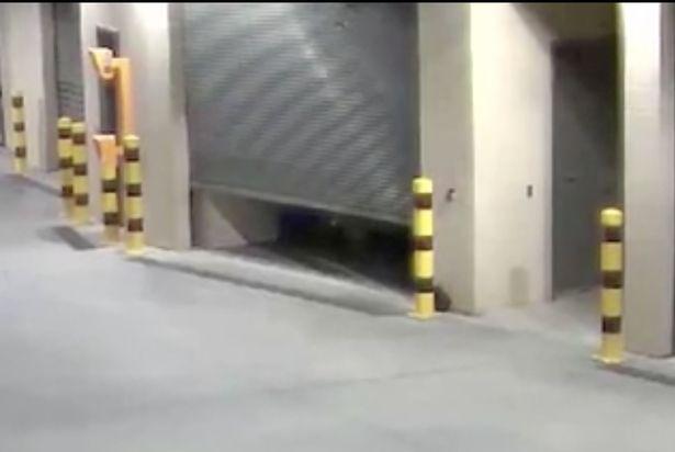 警方曝光「掃把自己開門散步」超毛影片 警嚇壞:脊椎涼了