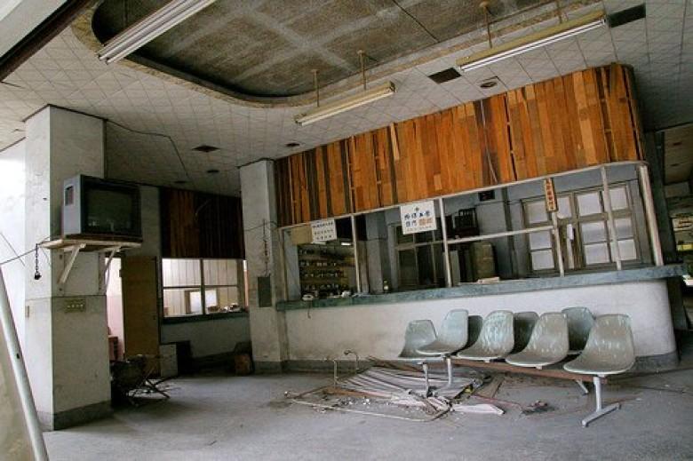 他勇闖廢棄25年杏林醫院 才踏進去「就被甩門」同伴:但我沒聽到啊!