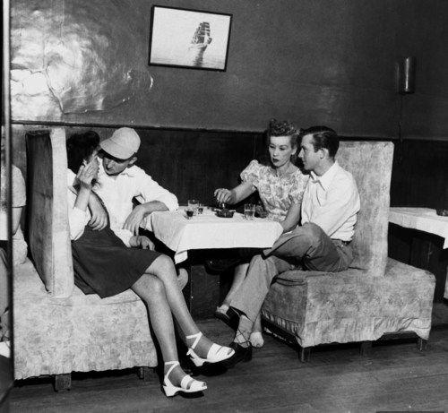 洋腸從以前就很受歡迎!16張1940年代「美國水兵上海灘尋歡」罕見歷史照,直接「兩手揉桃」比現在還開放!