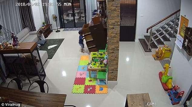 家長注意!小男孩在客廳玩抽屜,結果「整個櫥櫃往向前倒下」差一點就壓死他!(影片)