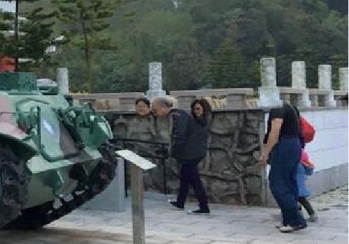 金門八二三砲車旁「懸浮3顆人頭」,他回家看照片「卻只剩空空資料夾」網友:旁...旁邊還有小朋友耶...