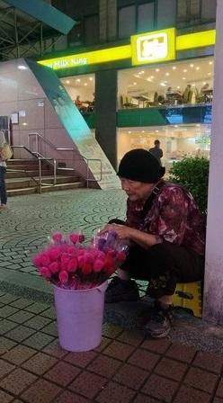 中山捷運站85歲嬤「賣糯米花養中風兒子」,手工黏出漂亮花瓣卻隱藏內心「窮到送養小兒子秘密」:40年了還無法相認...