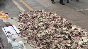 路人乞丐跪趴街頭旁堆一團枯葉堆 仔細一看傻眼:好幾個月的薪水啊!