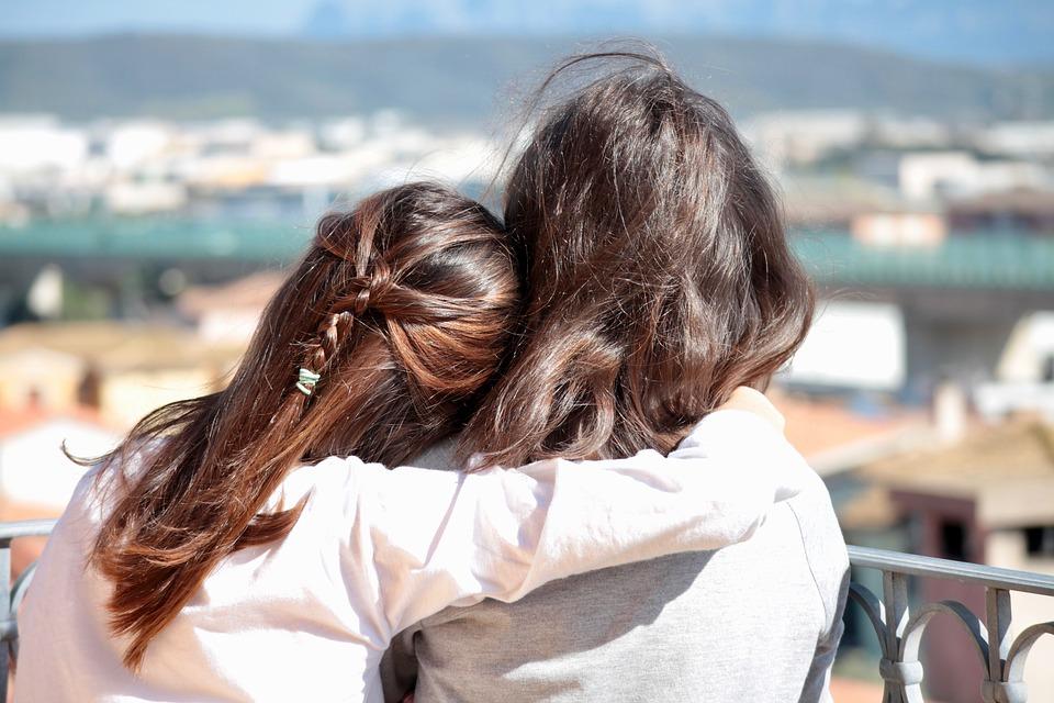 10歲女童見大姊姊「雙腳懸空坐橋上」,一把上前抱住「咻一下就會不見的...」她淚崩走回人間!