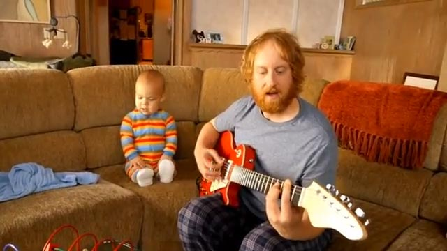 2歲男嬰自信接過爸爸吉他 「靈活小手炫技」連莫札特也跪了