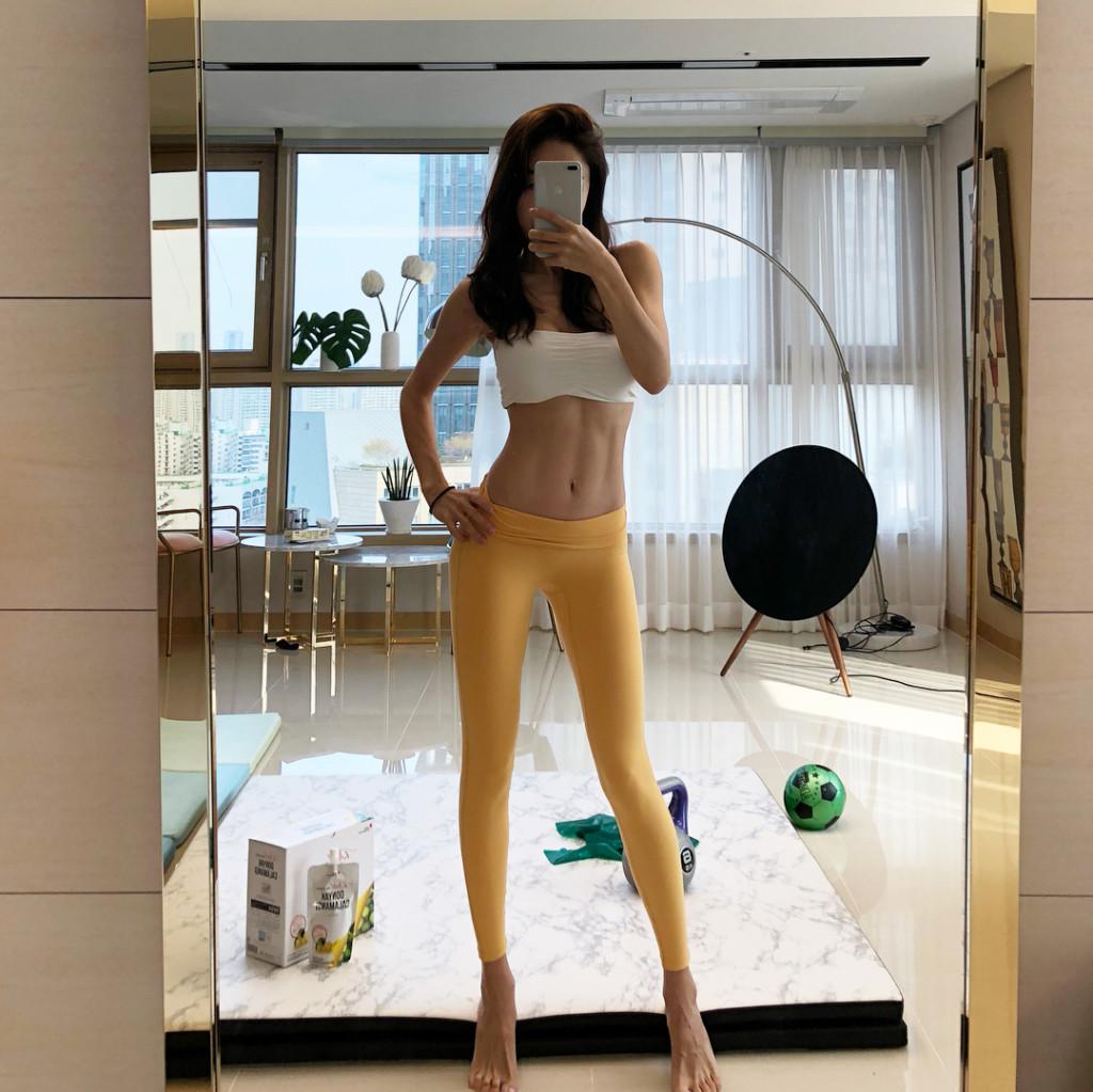 皮膚比少女還嫩!43歲「超正美魔女辣媽」網爆紅,「逆天鉛筆美腿照+性感小蠻腰」讓網友受不了!(13張)