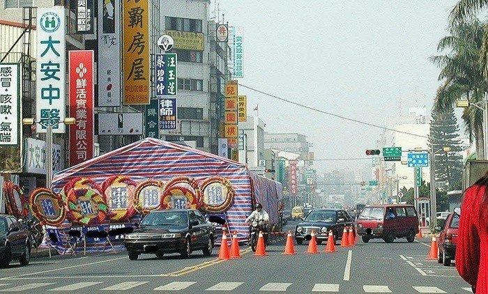 年輕一輩沒在信這套?台灣民間「喪事習俗」一路跪哭,最恐怖的莫過於「那聲樂器一出現」