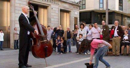 小女孩投下硬幣給一位平凡的街頭音樂家 竟然收穫「此生最難忘演奏會」