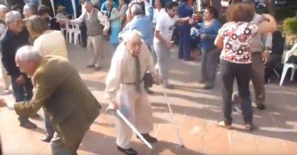 90歲拐杖阿伯跳舞覺得不夠盡興 下秒竟「直接甩掉拐杖」超狂舞姿讓全場哭了!