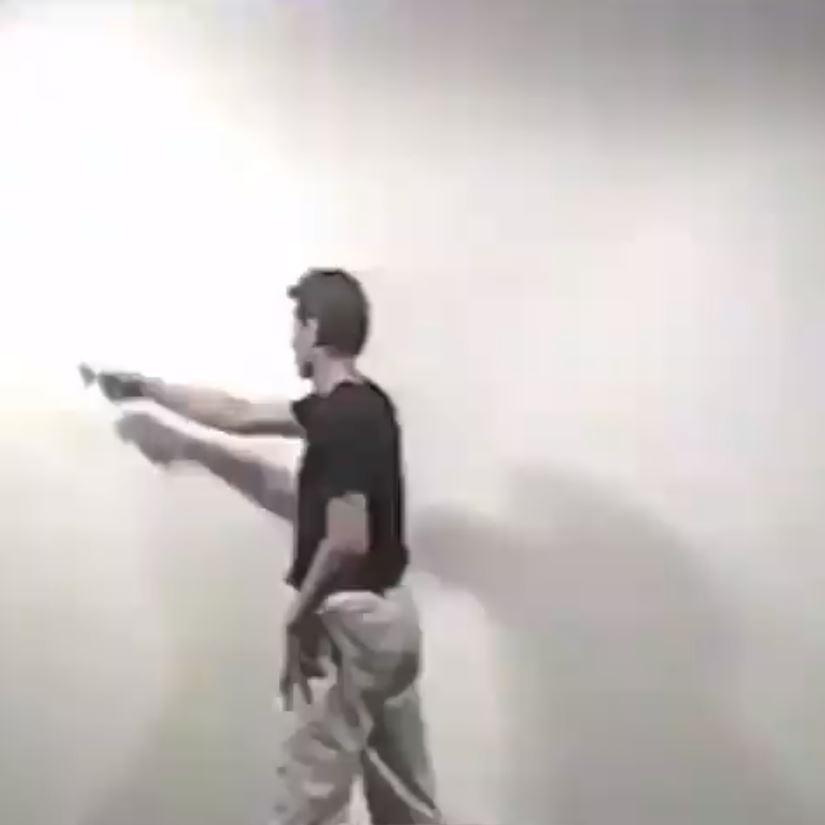 他大幅度揮動手臂「打圈」 畫出的東西會讓你不禁雞皮疙瘩!