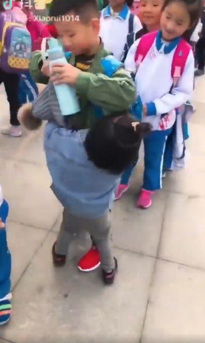 暖男哥出校門看到妹妹走來 「立馬霸氣抱起」網:戀愛惹