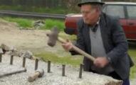 老人把釘子打進大石頭 「打造出來的東西」直接屌打機器!