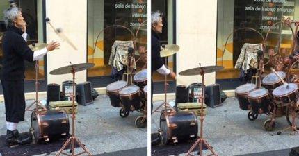 街頭藝人用3根鼓棒打鼓 丟出去「再彈回來」讓人狂重播