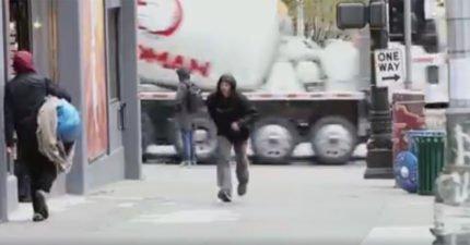 他們在地上畫「跳格子」設鏡頭偷拍 路人反應會讓你莫名鼻酸:快樂其實很簡單