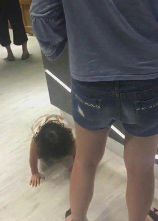 奧客媽放任女兒隨地小便 嗆店家:我消費者還要我清尿?