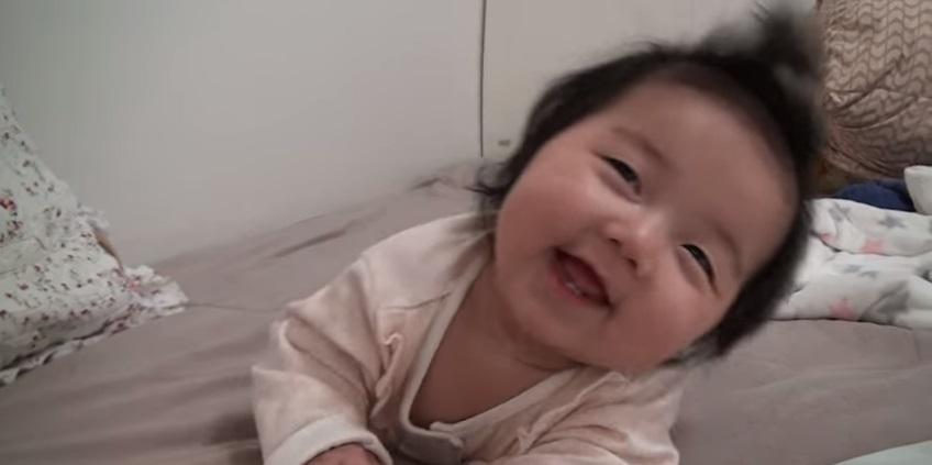 完全融化!老媽側拍女兒睡搞搞 突然寶貝一抬頭「甜笑到世界崩塌」