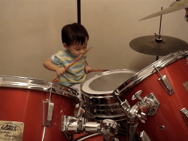 23個月大男童超愛打鼓 音樂一響起「超逆天節奏感」全網著魔!