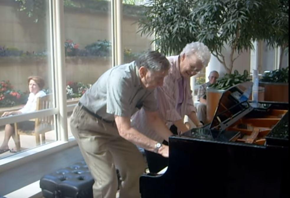 銀髮夫妻突然坐到鋼琴前 「四隻手一動起來」讓你瞬間明白什麼是真愛