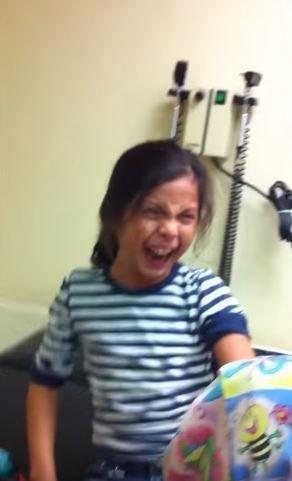 史上最浮誇「怕打針女孩」長大了!現在再度打針...超爆笑畫面笑翻網友:她會害怕一輩子XD